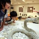 Serpiente realizada con teclados reciclados