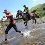 Humanos vs caballos (desigual carrera en Gales)