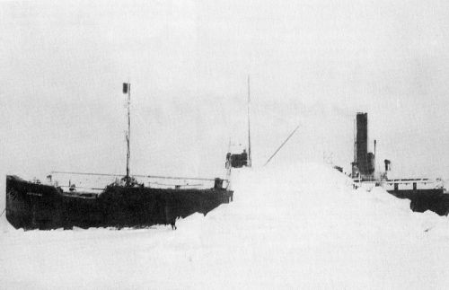 abandoned-ghost-ship-ss-baychimo-trapped-in-the-ice-off-the-coast-of-alaska