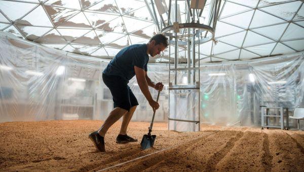 El astronauta Mark Watney (Matt Damon) cultivando patatas marcianas en la película The Martian