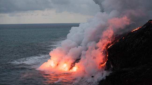 Lava ganándole terreno al mar